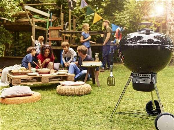 Barbecue a carbone weber master touch 57 cm gbs, acceso in offerta con ciminiera e carbone