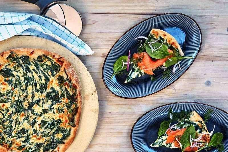 Pizza con salmone affumicato e crema di spinaci